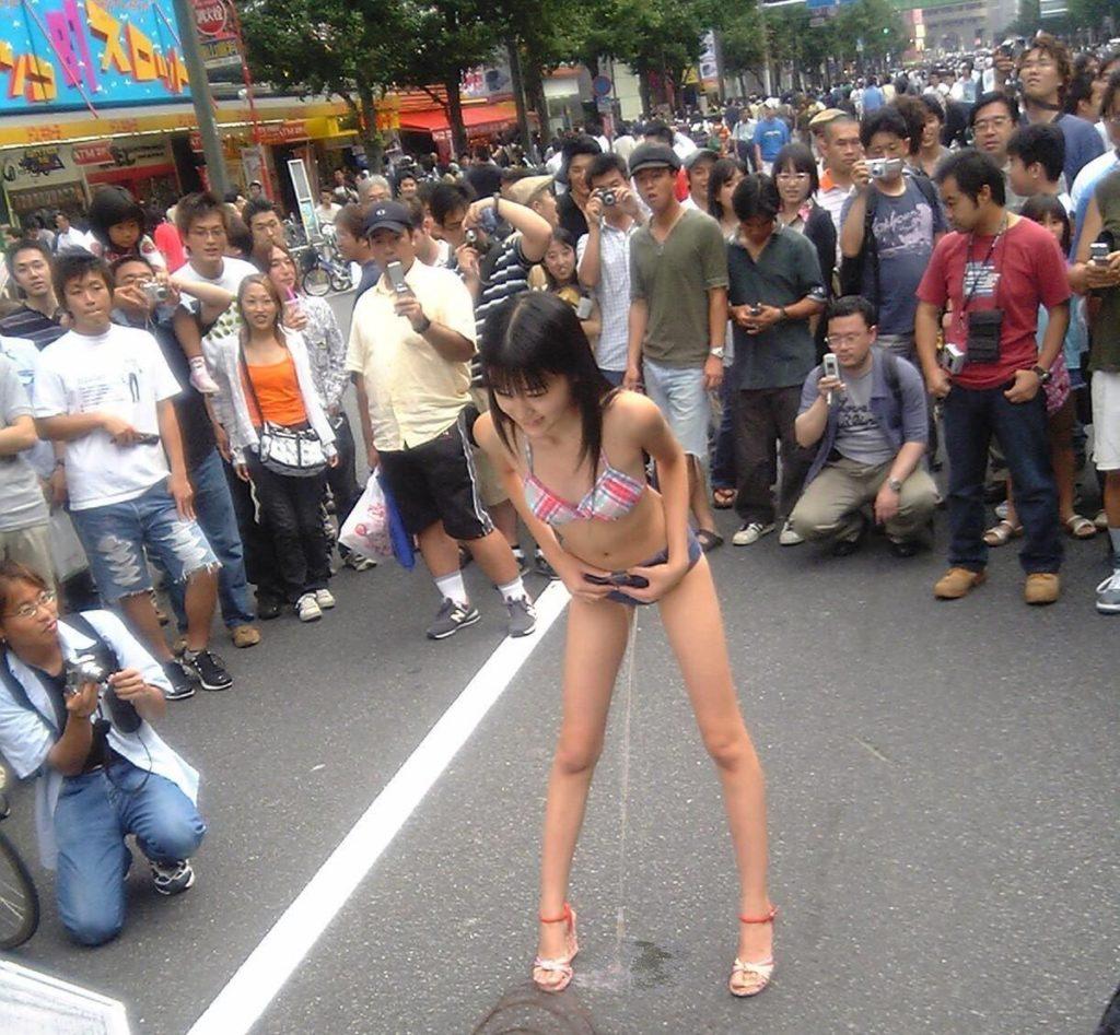 يابانية تتبول في الشارع