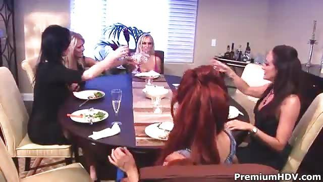 سحاق على طاولة الطعام