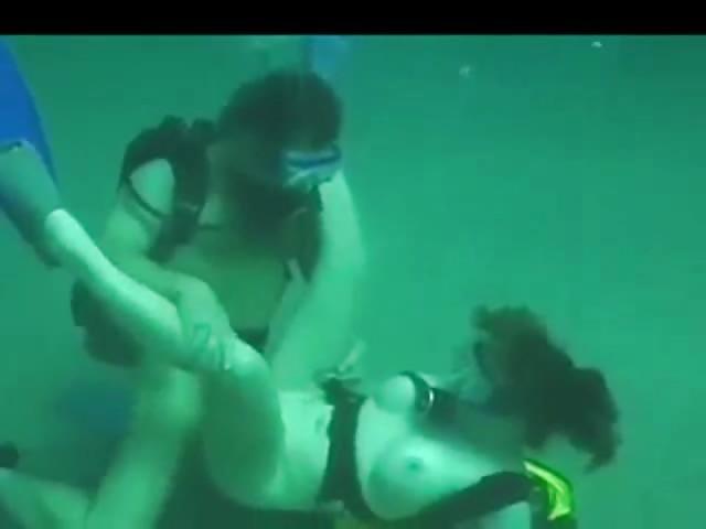نيك تحت الماء