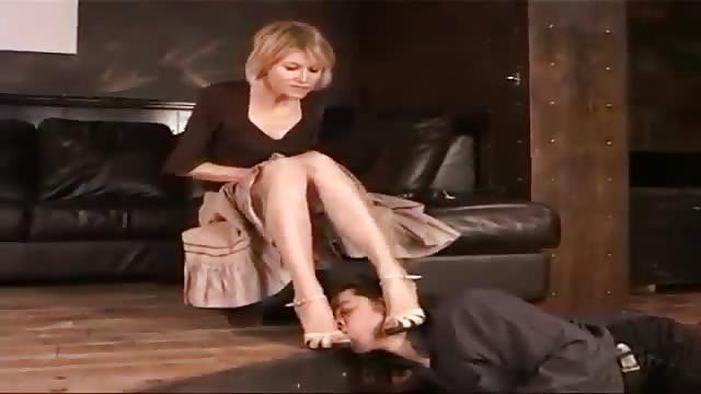 يبوس رجليها