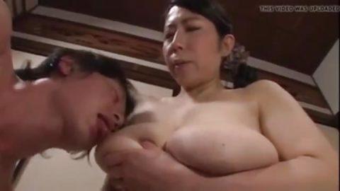 يرضع بزاز امه