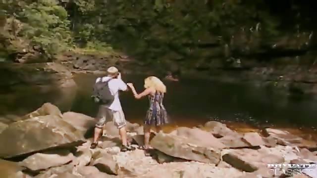 سكس على النهر
